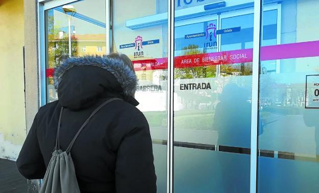 Entrada al área municipal de Bienestar Social, en el Antiguo Hospital de la plaza Urdanibia./F. DE LA HERA