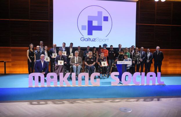 Reconocimiento. Los galardonados posan junto a las autoridades a la conclusión de la gala celebrada en el Kursaal./USOZ