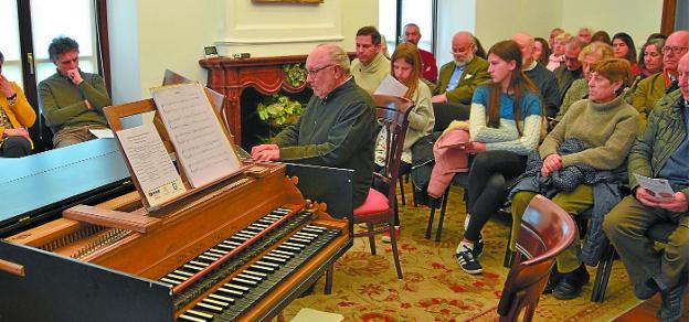El concierto comenzó con tres piezas al clavicordio ofrecidas por Esteban Elizondo. / FOTOS SUDUPE