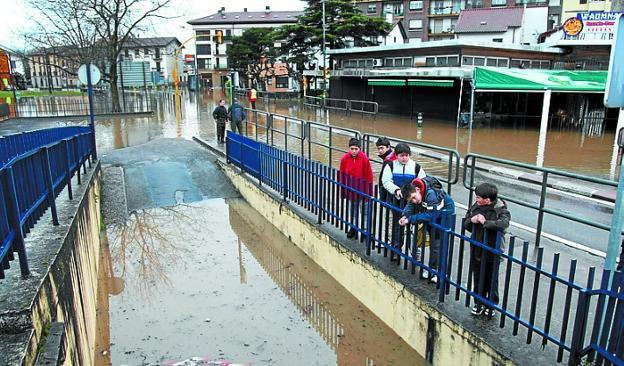 Inundación de 2009. El Bidasoa llenó de agua los garajes, los comercios y la mayoría de las calles del barrio./