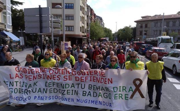 Cabeza de la manifestación que los pensionistas celebraron este lunes a mediodía en Irun./F. De la Hera