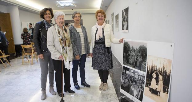 Nekane Larramendi, flanqueada por sus hijas, y Maribel García, sobrina de Maite Vázquez. / F. DE LA HERA