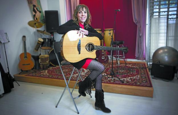 Amaia Adin en su taller de canto y voz, un lugar en el que aprender el oficio de cantante./F. DE LA HERA