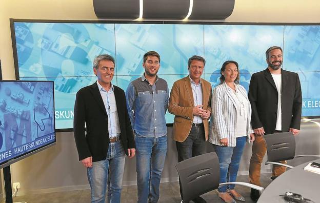 Los candidatos a la alcaldía de Irun Xabier Iridoy, David Soto, José Antonio Santano, Muriel Larrea y Jokin Melida. / F. MORQUECHO