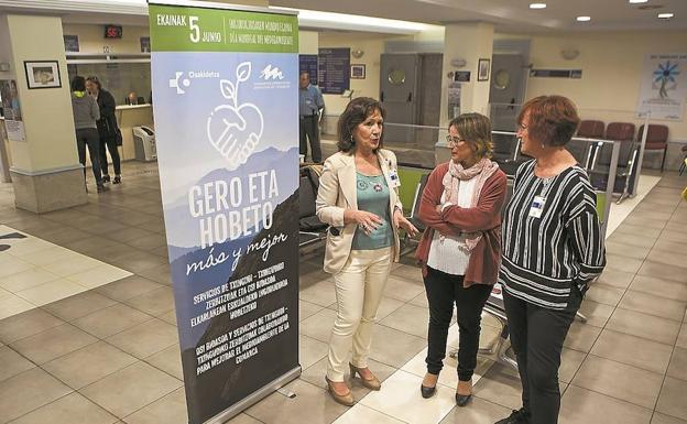 María Luisa Domínguez, Leire Zubitur y Amaia Leiaristi, en la entrada del Hospital Bidasoa. / F. DE LA HERA