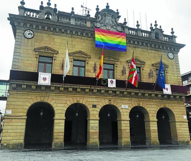 La bandera del orgullo en el Ayuntamiento, el año pasado. /  F. DE LA HERA
