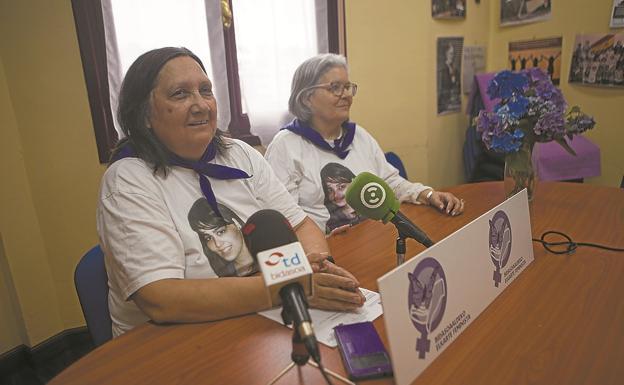 Maritxu San Pedro y Rosa Mari Torres, integrantes de Bidasoaldeko Elkarte Feminista. / F. DE LA HERA