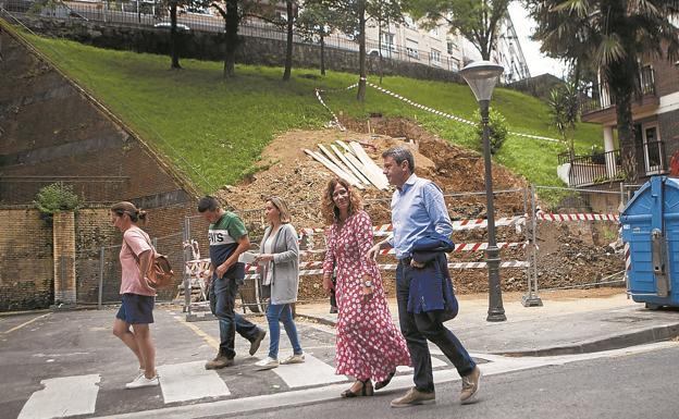 Técnicos del área de Obras, Laborda y Santano pasan frente a los trabajos del futuro ascensor. / F. DE LA HERA