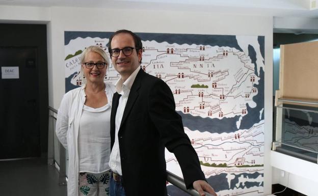 Aizpea Goenaga y Juanjo Jiménez, en el Museo Romano Oiasso de Irun. /floren portu