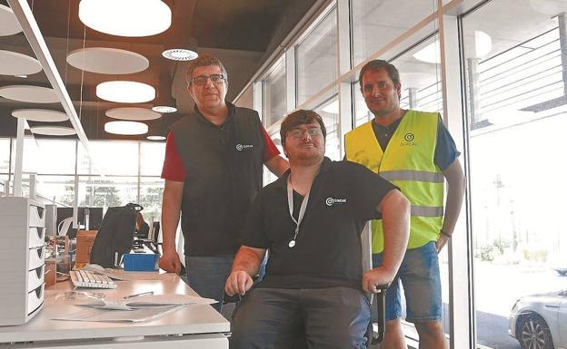 Andoni Andueza, en su puesto de trabajo, flanqueado por su compañero Patxi Platero y por Jokin Larraza. /J. OCHOTECO