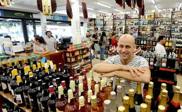 Rubén Fraile Imaz trabaja en el establecimiento de Behobia que fundó su abuelo hace 40 años./ARIZMENDI