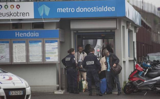 Imagen de archivo de la policia francesa en la estación de Euskotren de Hendaia /Fernando de la Hera