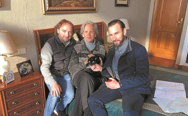El adiestrador Álvaro Moreno con los actores Elena Irureta (Bittori) e Iñigo Aranbarri (Xabier), con la gata Lina, en la habitación de la casa de Miraconcha donde tuvo lugar el rodaje./
