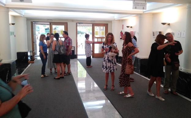 Apertura. Asistentes a la inauguración de la muestra '18 cm', instalada en el hall del Centro Cultural Amaia. / F. DE LA HERA