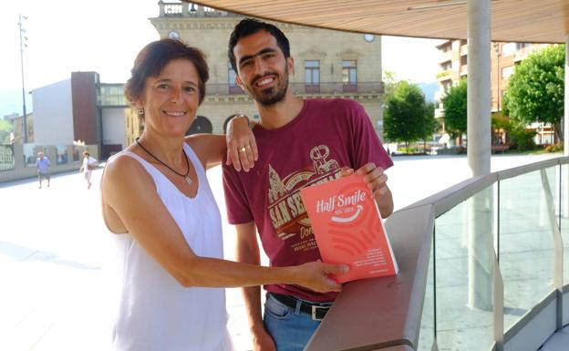 Gema Garmendia con Shaik Hamza Horo, uno de los protagonistas del libro 'Half smile'/'Media sonrisa', de visita en Irun./F. DE LA HERA