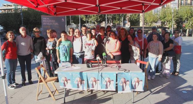 Presentación. Socios de Atzegi, junto con la delegada de Bienestar Social, Cristina Laborda, presentaron la campaña de 2019./F. DE LA HERA