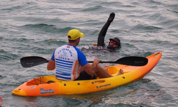 Carlos Peña, acompañado de un piragüista de Itxas-Gain, en el inicio de la travesía. / SARA UTRERA