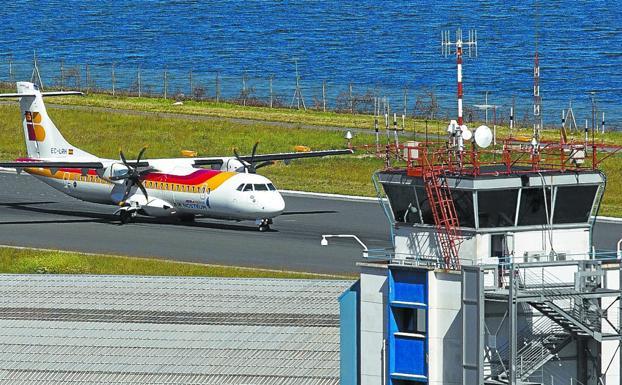 Un avión de Air Nostrum aterriza en Hondarribia, junto a la reserva de Plaiaundi. / F. DE LA HERA
