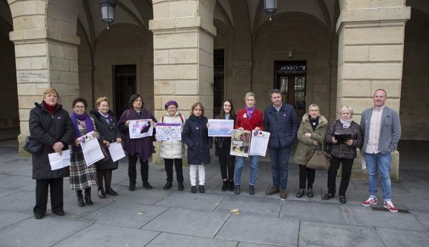 Representantes de las asociaciones de mujeres y del Ayuntamiento presentaron ayer, en la plaza San Juan, el programa./F. DE LA HERA