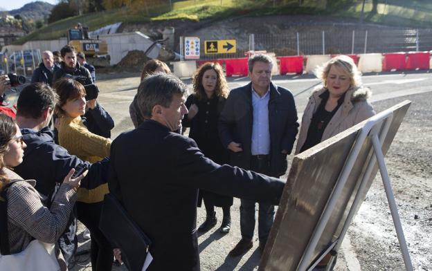 Laborda, Santano y Oiarbide escuchan las explicaciones de Arrieta, junto a las obras de calle Berio. /  F. DE LA HERA