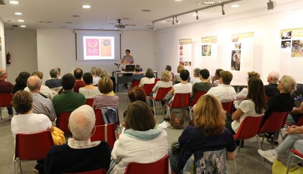 Lleno. La doctora en Arqueología Mertxe Urteaga inauguró en septiembre el ciclo de conferencias 'Mis clásicos favoritos'. / FLOREN PORTU