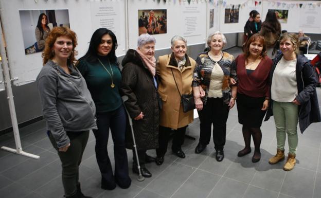 Mujeres protagonistas. Varias de las entrevistadas por Parean Elkartea flanqueadas por miembros de la asociación. / F. DE LA HERA