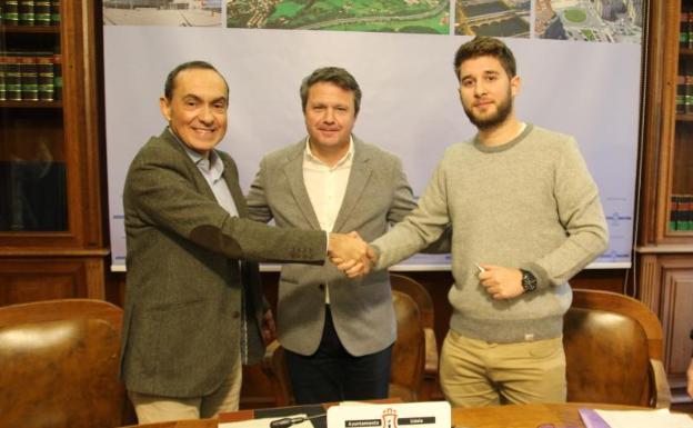 Miguel Ángel Páez y José Antonio Santano (PSE) firman el acuerdo con David Soto (Podemos)/F. DE LA HERA