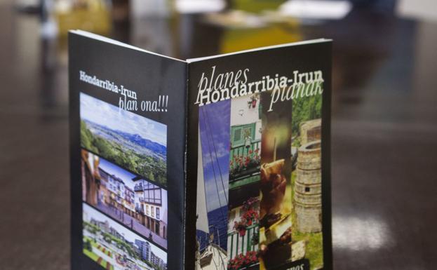 Promoción. Uno de los folletos turísticos de la comarca presentados ayer por Miguel Ángel Páez y María Serrano. / F. DE LA HERA