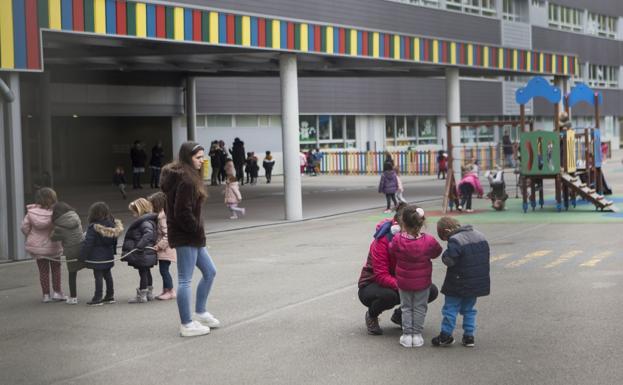 Al cole. Niños y niñas del colegio público Eguzkitza juegan en el patio del centro. / F. DE LA HERA