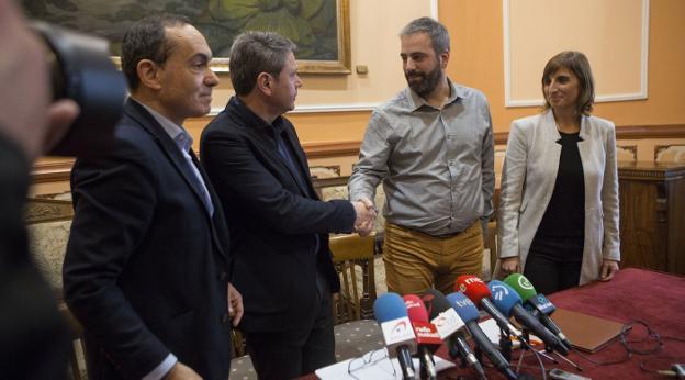 Santano y Melida se estrechan la mano en presencia de Páez y la concejala Oihana Briones. / DE LA HERA