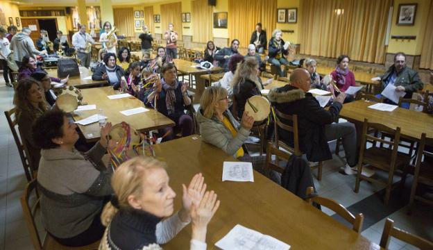 Los caldereros celebraron ayer por la tarde un ensayo en la sede de la Sociedad Irungo Atsegiña. / F. DE LA HERA
