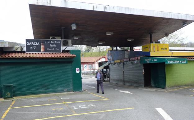 Las tiendas de la zona comercial de Behobia, cerradas. / F. DE LA HERA