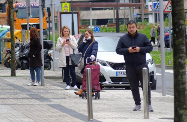 Ciudadanos hacen cola, manteniendo la distancia de seguridad, para acceder a una panadería. / F. DE LA HERA
