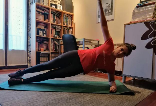 La irundarra Intza Méndez realiza unos ejercicios de core en su casa, donde pasa el confinamiento./I.M.