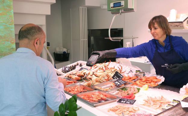 J.A. se dispone a pagar en la pescadería Sagastume, en la esquina del Boulevard con idiaquez.