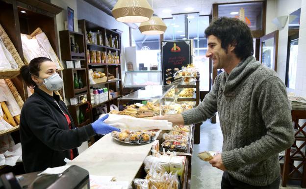 Jon compra el pan antes de reunirse con su mujer y sus dos hijos. Los cuatro deberán trabajar y estudiar juntos en casa.