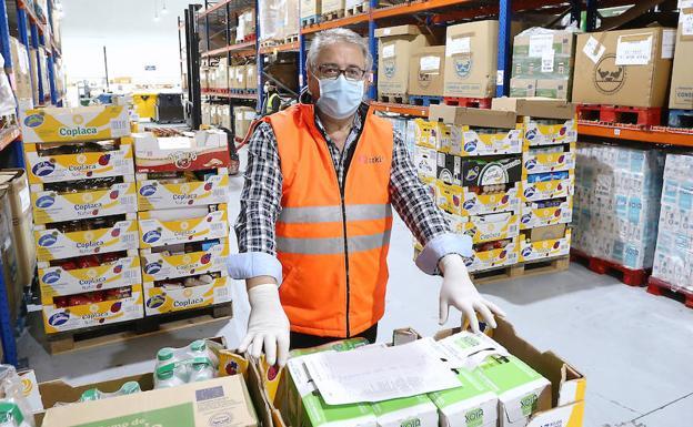El vicepresidente del Banco de alimentos de Gipuzkoa, Carlos Martínez, en el almacén que la asociación tiene en Oiartzun./arizmendi