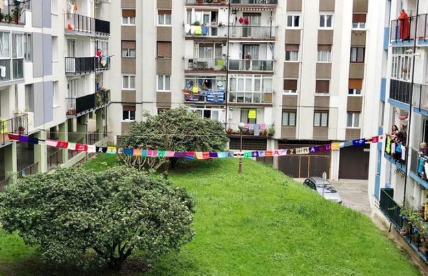 Una gran bufanda une dos balcones de una plaza de Zumaburu. /