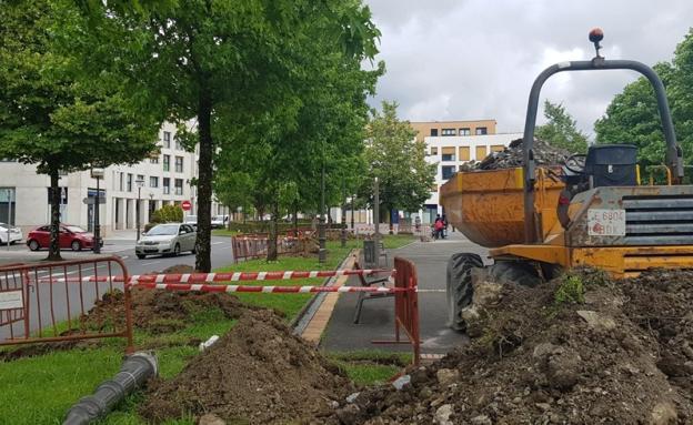 Las obras de renovación de farolas en Puiana arrancaron la semana pasada. / F. DE LA HERA