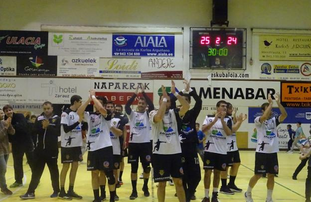 Los jugadores zarauztarras agradeciendo el apoyo de los aficionados la pasada campaña. / ETXEBERRIA