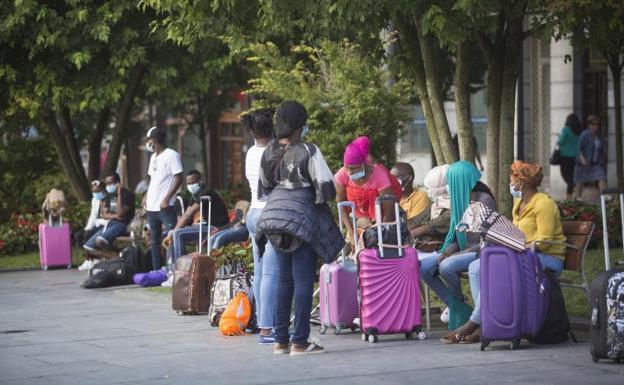 Migrantes este viernes en la plaza San Juan de Irun/De la Hera