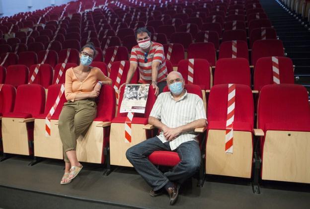 Juncal Eizaguirre, Ángel Pazos y Pedro Miguel Aguinaga presentaron el espectáculo ayer en el Amaia. / F. DE LA HERA