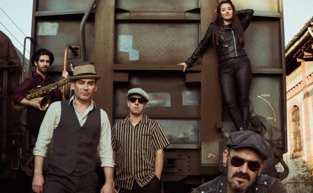 Álex Haro, Jorge Carrere, Carlos Malles, Karmen Savage y Rafael Ardanuy forman la singular banda guipuzcoana Voodoo Charms. /