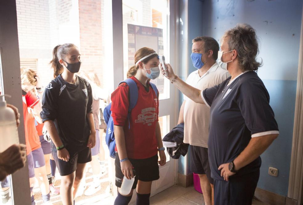 Medidas. A la entrada de las instalaciones, el Club Deportivo Mariño toma la temperatura a cada miembro del equipo. / FOTOS: F. DE LA HERA