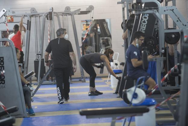 Sala de fitness del polideportivo Azken Portu, con acceso adaptado a las medidas de seguridad. / F. DE LA HERA