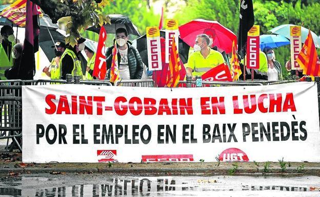 Manifestación ante el Parlament de los trabajadores de la planta tarraconense de Saint Gobain./EFE