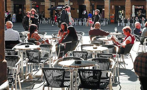 La ordenanza de ruido prohibirá instalar aparatos de música en las terrazas de Donostia