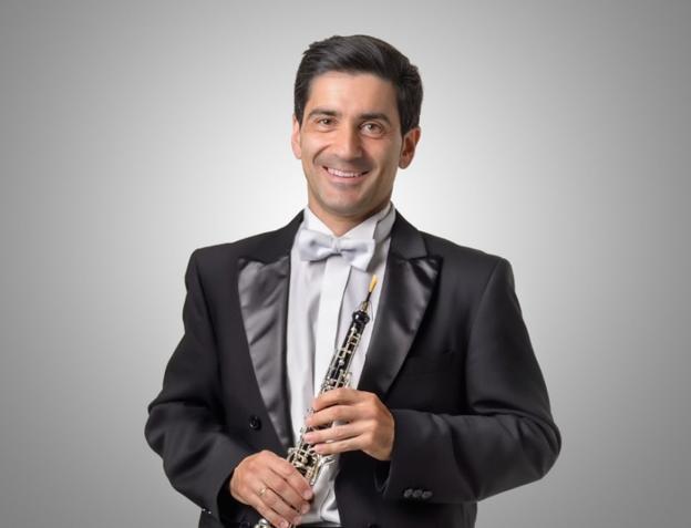 Fran con su inseparable oboe preparado para tocar ante las cámaras de RTVE en uno de los conciertos de la orquesta. /