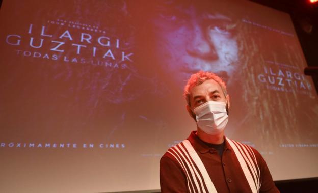 Igor Legarreta, con el cartel de 'Ilargi gustiak / Todas las lunas'. / I. ROYO