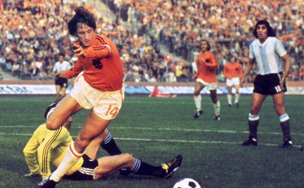 Johan Cruyff, in one of the historic matches against Argentina.